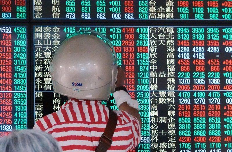台股今日以12,176.79點開出,上漲60.09點。圖為一位投資人走進號子裡營業大廳,連安全帽都還沒脫就緊盯大盤走勢。記者杜建重/攝影