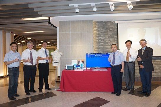 李明義教授(右三)、林文彥副教授(右二)於會場示範「心震圖量測技術與慣性運動感測...
