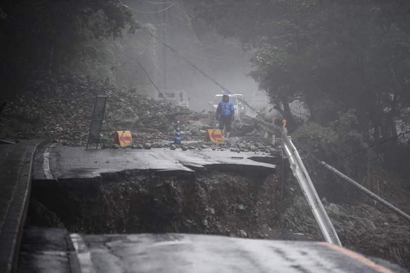 日本西南部緊急救災單位今天「正與時間競賽」,救援因洪水和土石流受困的民眾。洪災發生迄今已奪走至少50人性命與超過12人失蹤,天氣預報警告豪雨未歇。 法新社