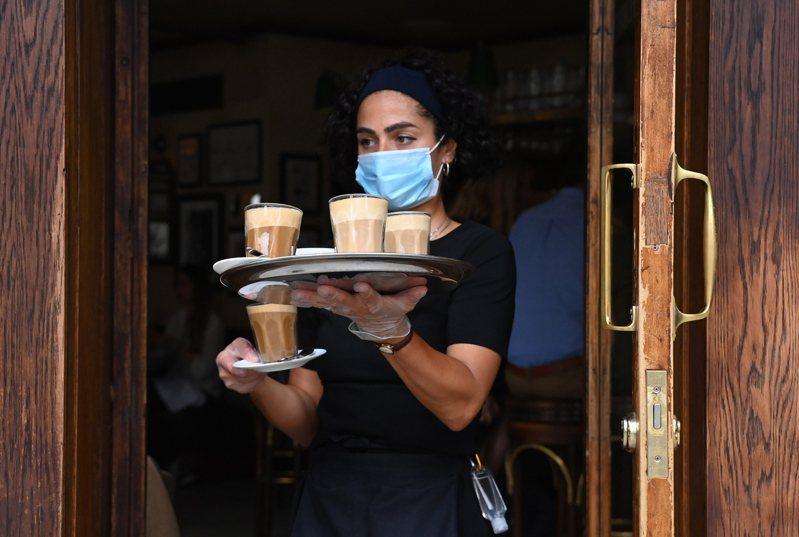 英國皇家學會(Royal Society)會長拉瑪克里斯南(Venki Ramakrishnan)今天表示,在冠狀病毒大流行期間還拒絕戴口罩的人,應該承受跟酒駕一樣的指責。 歐新社