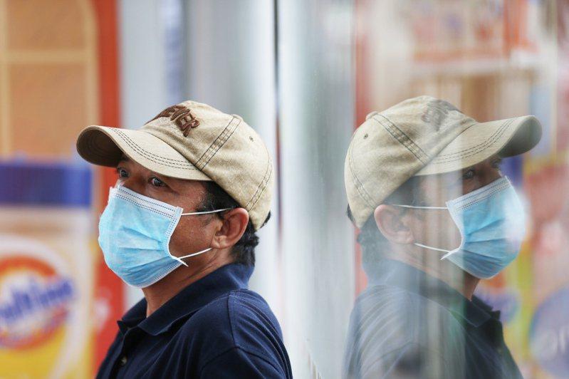 部分國家的2019冠狀病毒疾病(COVID-19,新冠肺炎)病例再度激增,澳洲等地區重新祭出禁令之際,世界衛生組織(WHO)今天呼籲旅客搭乘飛機要戴口罩,並關注疫情最新狀況。示意圖。 新華社