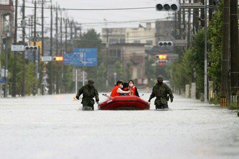 圖為7日,福岡縣大牟田市的水災救援。 圖/美聯社