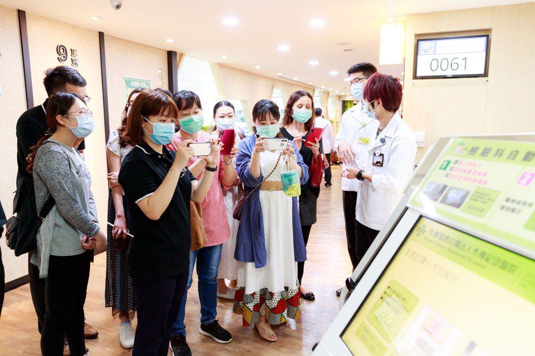 貴賓導覽彰化秀傳紀念醫院檢驗科全自動智能化設備。