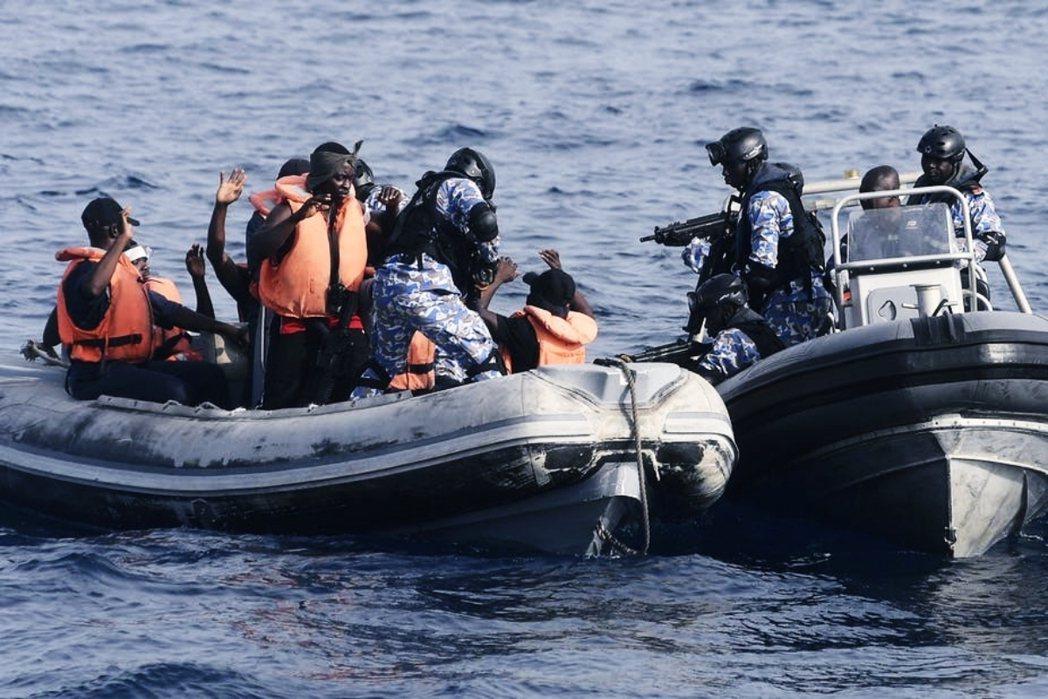 西非國家象牙海岸的船員參與迦納海軍的海盜人質救援演習。 圖/維基共享