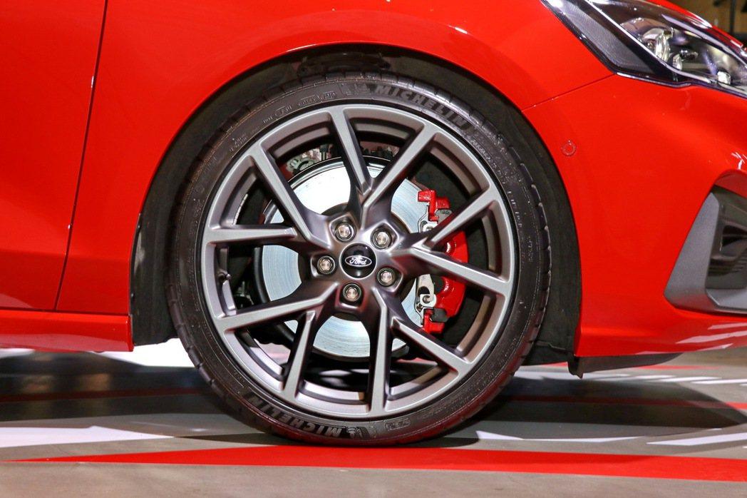 標配Michelin 19吋 Pilot Sport 4 S進階高性能跑胎、輕量...