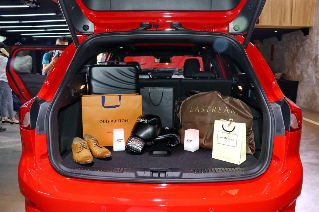 Ford Focus ST Wagon在標準5座模式下,即擁有高達近694公升的...