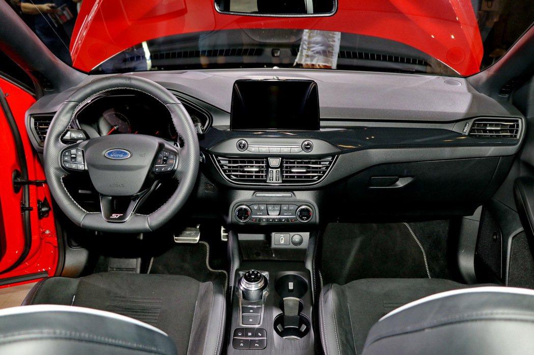 Ford Focus ST Wagon採用運動碳纖維紋路飾板搭配闇黑頂篷,營造絕...
