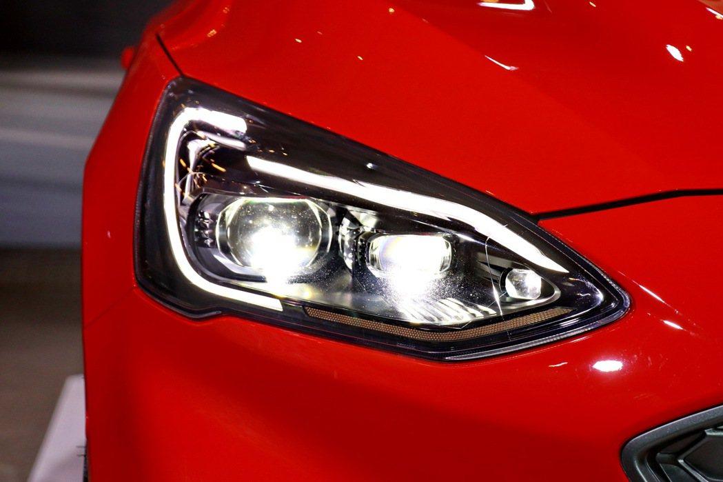 全新LED頭燈配備AFS頭燈主動式轉向照明輔助系統,搭配旭日之刃型LED日行燈。...