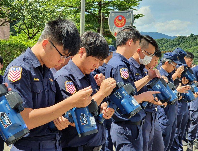 國道警察局PO出「國家級攝手」培訓照,引來萬名網友按讚分享。圖擷自臉書