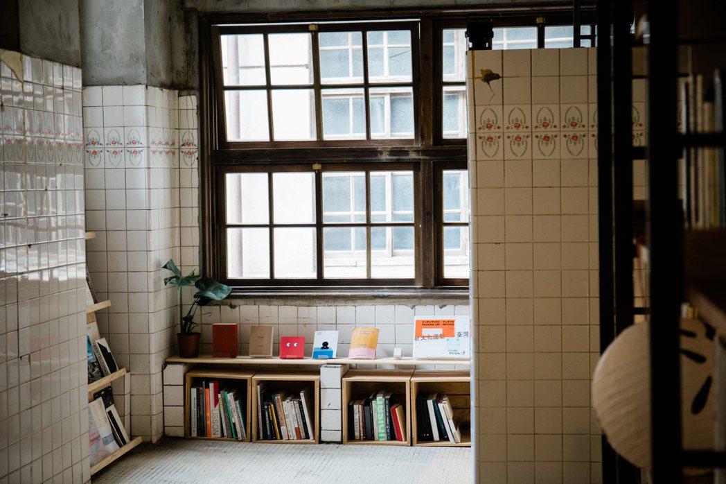 「BATHHOUSE 澡堂區」成為新空間亮點,留存日治時期的通風天井、花磚、窗紋...