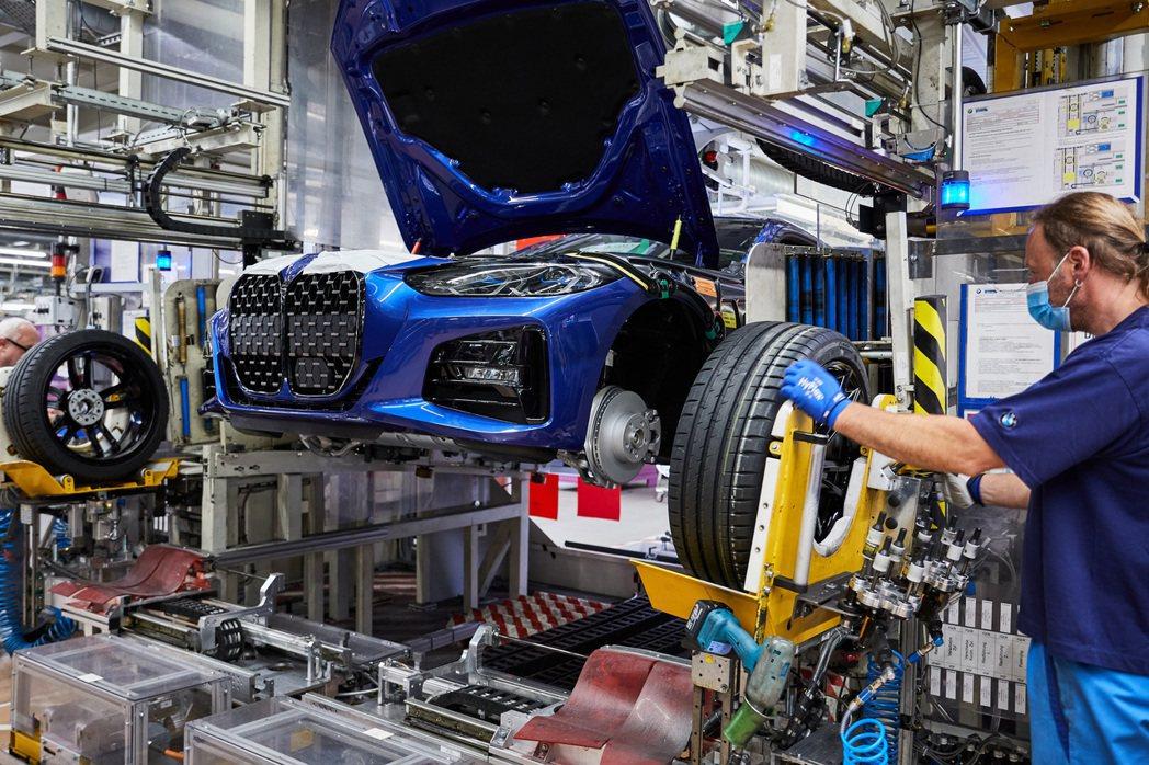 換上巨腎水箱護罩的新世代BMW 4 Series Coupe,目前已正式投產。 ...