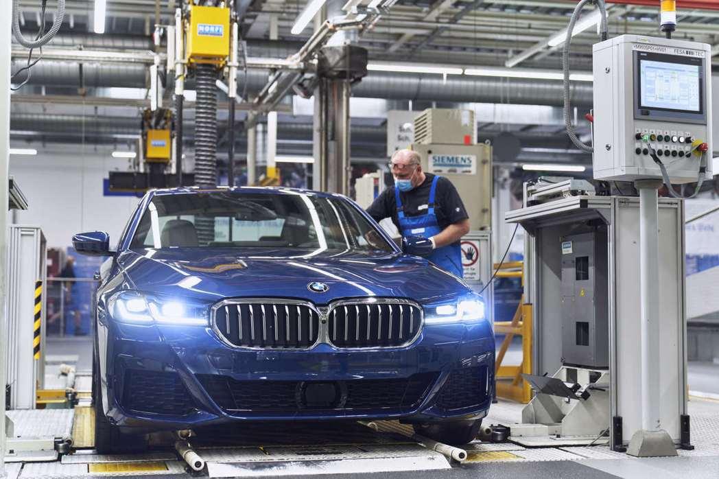 小改款BMW 5 Series Sedan也在Dingolfing工廠生產。 摘...