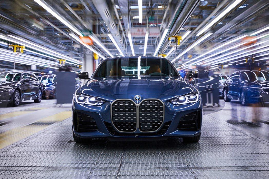 全新第二代BMW 4 Series Coupe已在Dingolfing工廠生產中...