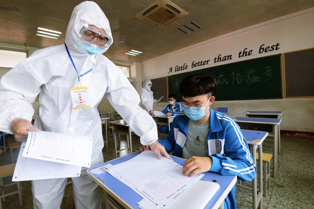 河北省防疫全裝的考前模擬測驗。 圖/法新社