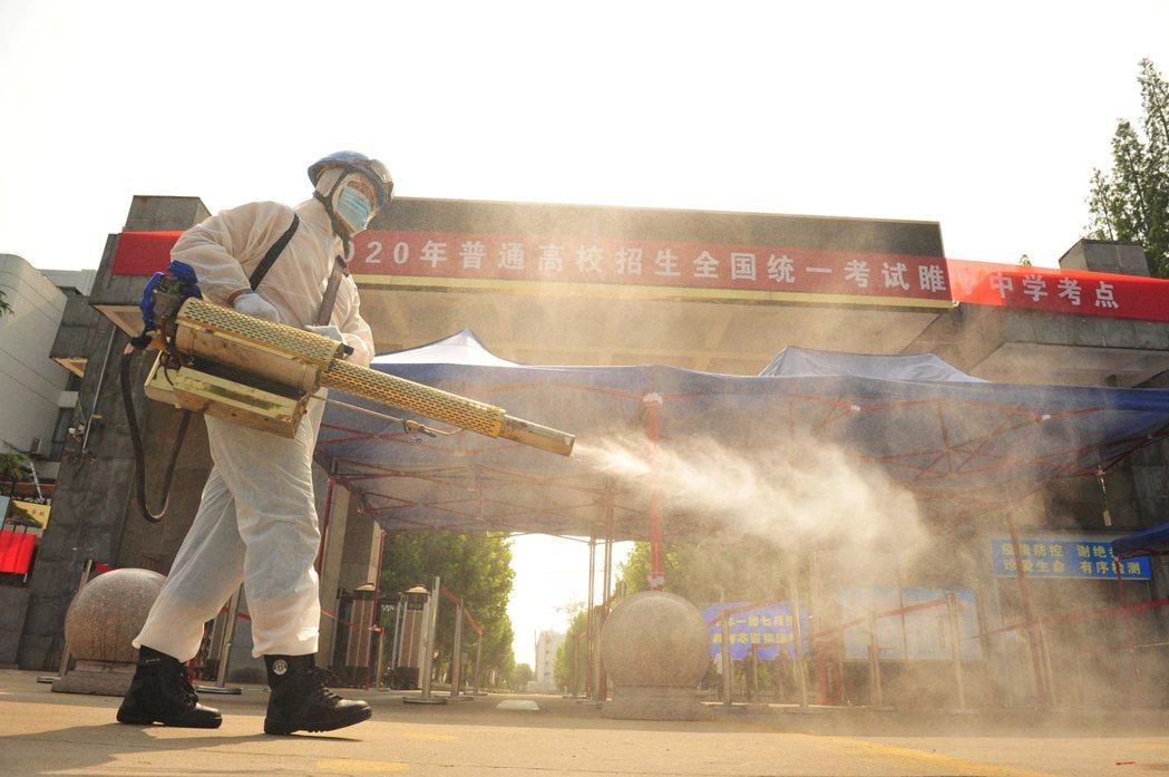 江蘇省的考場門前消毒作業。 圖/路透社