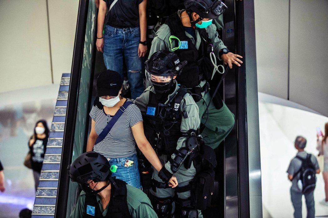 6日,港警在購物中心內的示威中,抓捕一名民眾。 圖/法新社