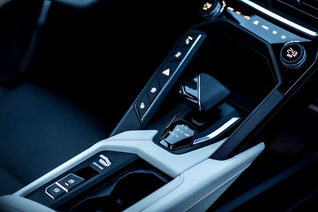 領克06採用電子線傳排檔桿和電子手煞車。 摘自Lynk&Co