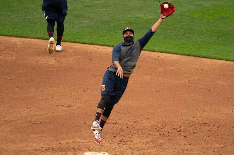 雙城隊二壘手阿萊茲戴著口罩進行守備練習,據最新的檢查顯示他們共有沙諾、阿斯圖提歐等4名球員感染新冠肺炎。 美聯社