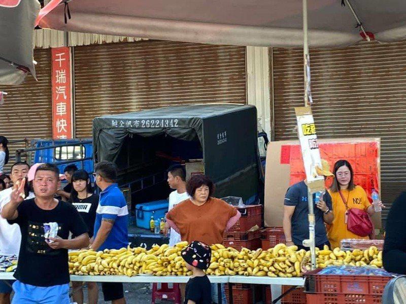 一名網友跟隨白沙屯媽祖遶境,沿路看到許多民眾提供相當多的食物,讓他笑著說「想瘦?門都沒有」。 圖/翻攝自「爆廢公社」