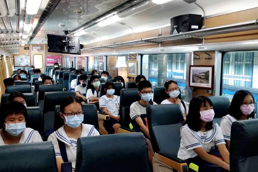 富岡國中學生於清華高中R70火車車廂進行職涯探索課程。 校方/提供
