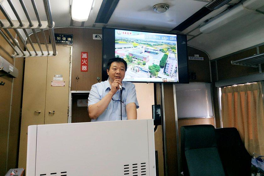 清華高中實習處主任楊永吉說明軌道車輛與動力機械課程。 校方/提供