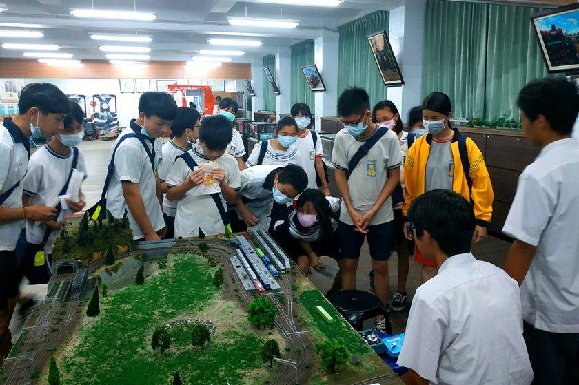 清華高中學生於軌道故事館向富岡國中學生介紹鐵道動力模型。 校方/提供