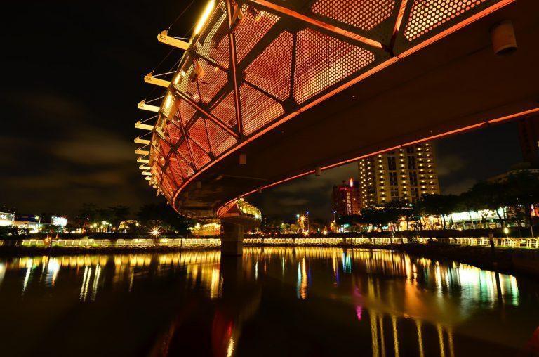 ▲夏日夜間活動體驗-愛河遊船。(圖/Tripbaa趣吧!達人帶路)