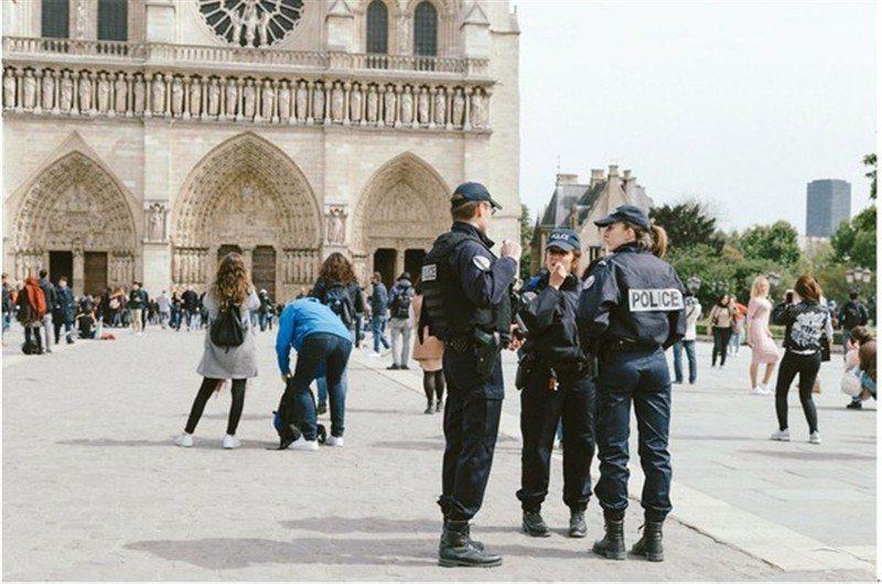 巴黎聖母院前的警察  / 來源: pexels