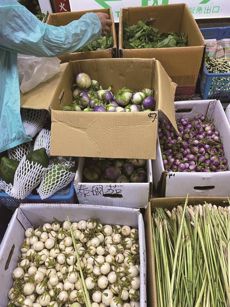 濱江市場內,歐式、東南亞式香草一應俱全,像是迷迭香、小圓茄(上)、嘎拋葉、百里香,堪稱台北的香料寶庫。( 圖/陳愛玲)