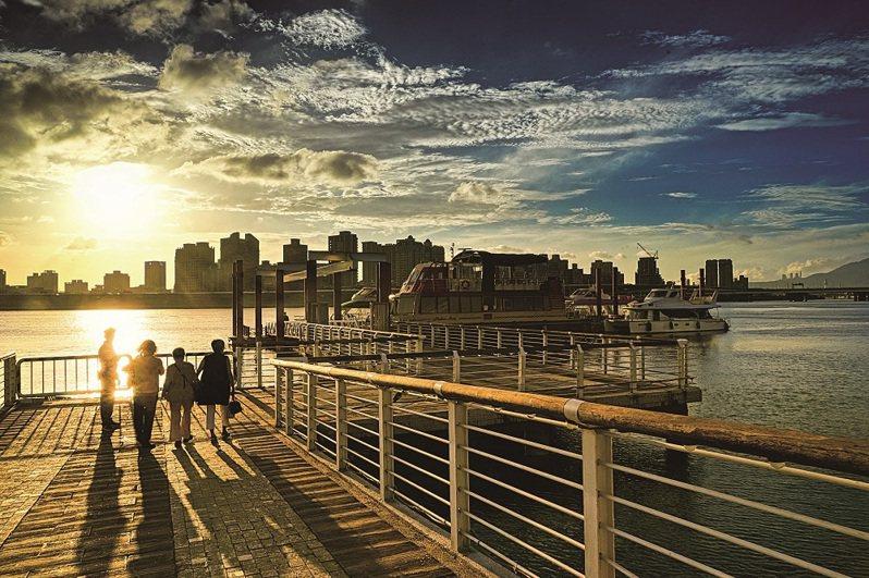 到台北的河濱散步或騎自行車,欣賞河畔美景。( 圖為大稻埕碼頭)