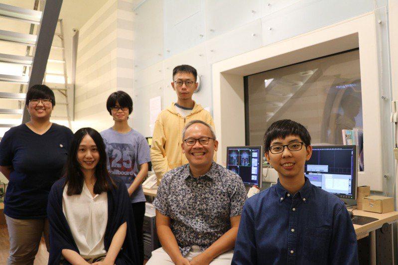 吳仕煒副教授(中)利用fMRI發現大腦估算機率的神經基礎,研究成果登上國際期刊PLoS Biology。圖/陽明大學提供
