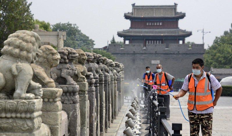 圖為北京防疫人員日前在盧溝橋景區進行環境消毒。(新華社)