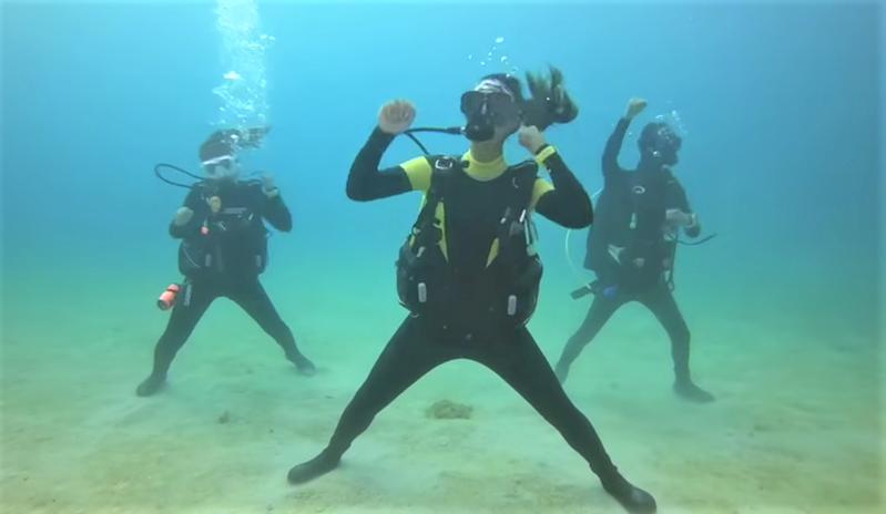 屏東縣政府搭配今年全中運主題曲「屏東Keep Going」設計的「驕仔舞」,台灣潛水公司30秒長的「海底版」讓人驚豔。記者潘欣中/翻攝