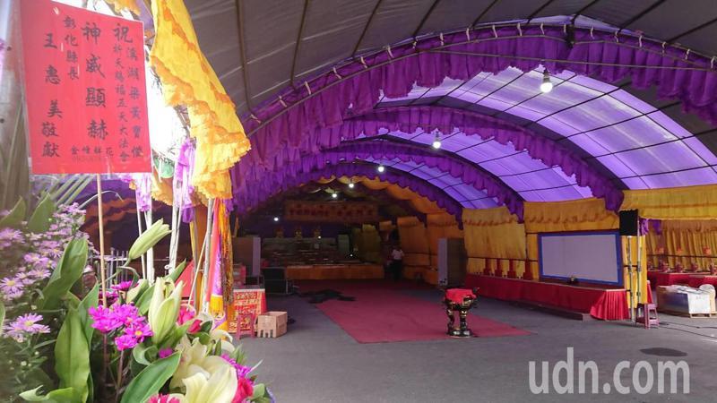 彰化縣溪湖鎮舉辦五天大法會,縣長王惠美的花籃最先送到。記者簡慧珍/攝影