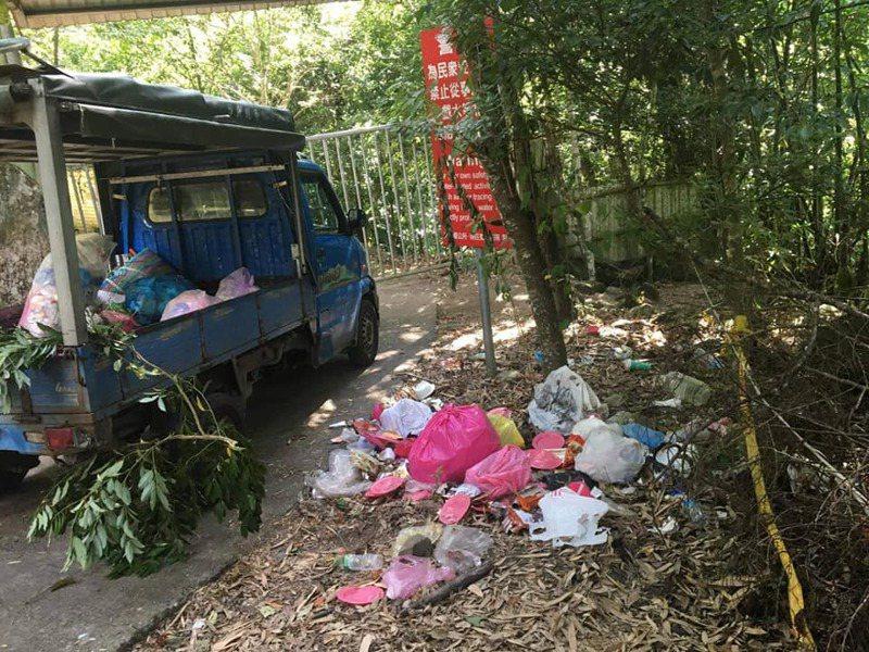 苗栗縣南庄鄉鹿場部落風美溪苦花潭瀑布暴紅,留下垃圾造成居民困擾。圖/高聖光提供