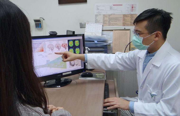 奇美醫學中心神經內科主治醫師李佳維向病人說明巴金森氏症。圖/奇美提供
