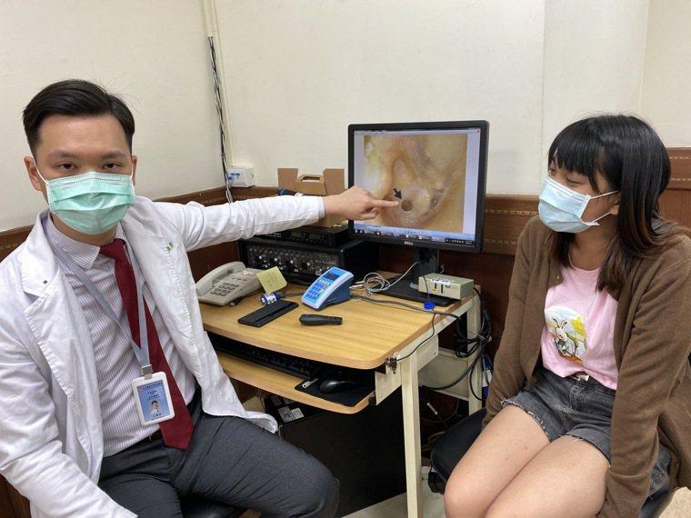 醫師溫惟昇(左)說明,20歲王姓大二女學生(右)兒時因意外受傷右耳膜破一個洞,經...