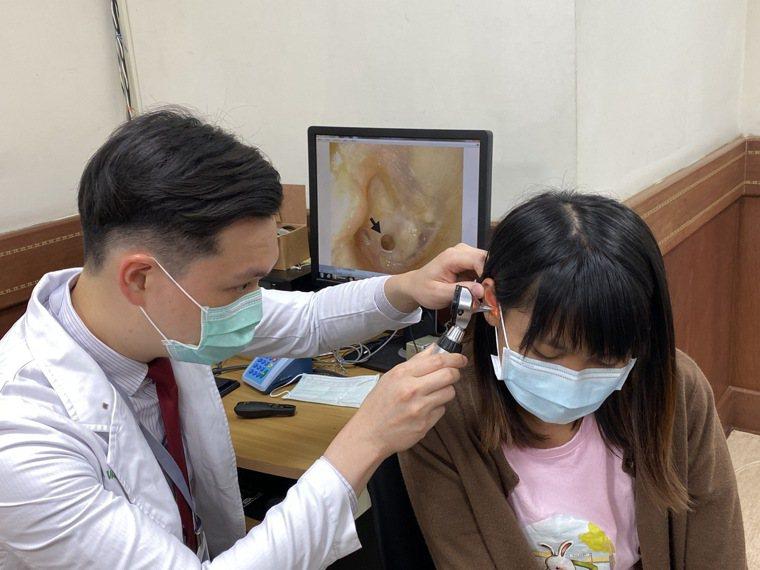 20歲王姓大二女學生(右)兒時因意外受傷右耳膜破一個洞,經歷三次手術失敗,半年前...