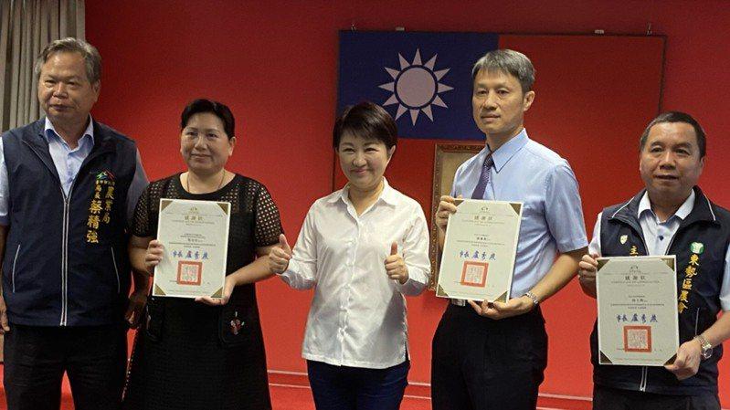 台中市長盧秀燕感謝沈百合(左二)等人成功外銷茂谷柑。記者陳秋雲/攝影
