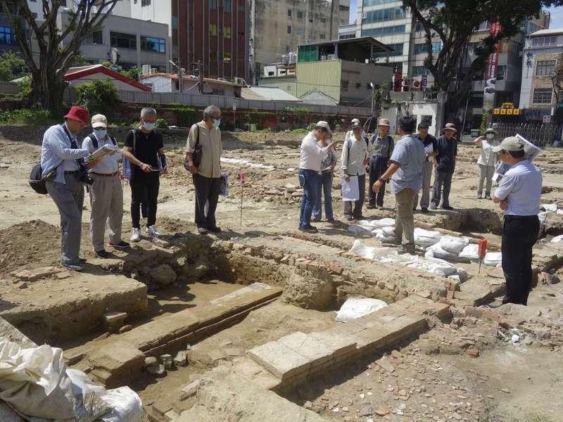 台南古蹟審議委員會委員5月時前往赤崁樓東側現勘大面積的遺跡。圖/文資處提供