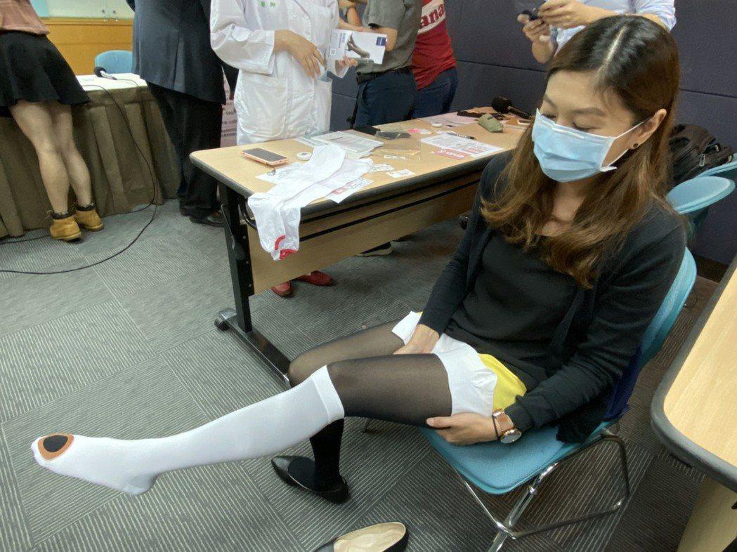醫師建議孕婦產後可穿彈性襪,避免長時間不活動,來減少血栓形成。記者簡浩正/攝影