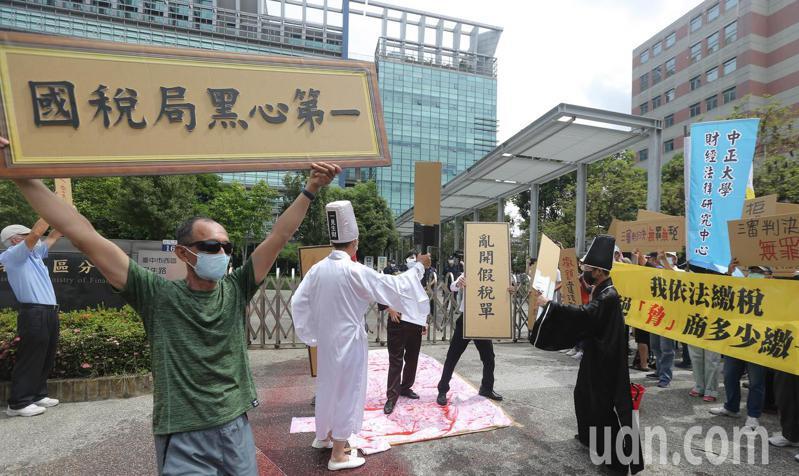 民眾聚集台中國稅局以行動劇表達對於遭到違法課稅感到不滿。記者黃仲裕/攝影