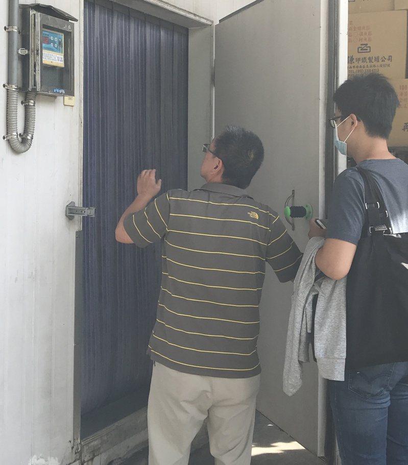 高雄市衛生局稽查人員進入凍庫勘查鮪魚原料放置情形。圖/高雄市衛生局提供