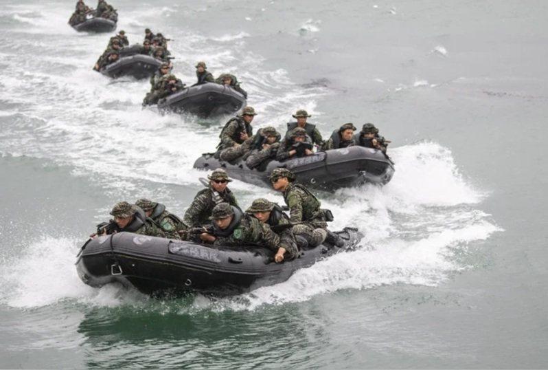 海軍陸戰隊7月3日預演操演膠舟登陸發生翻覆意外。 聯合報系資料照片