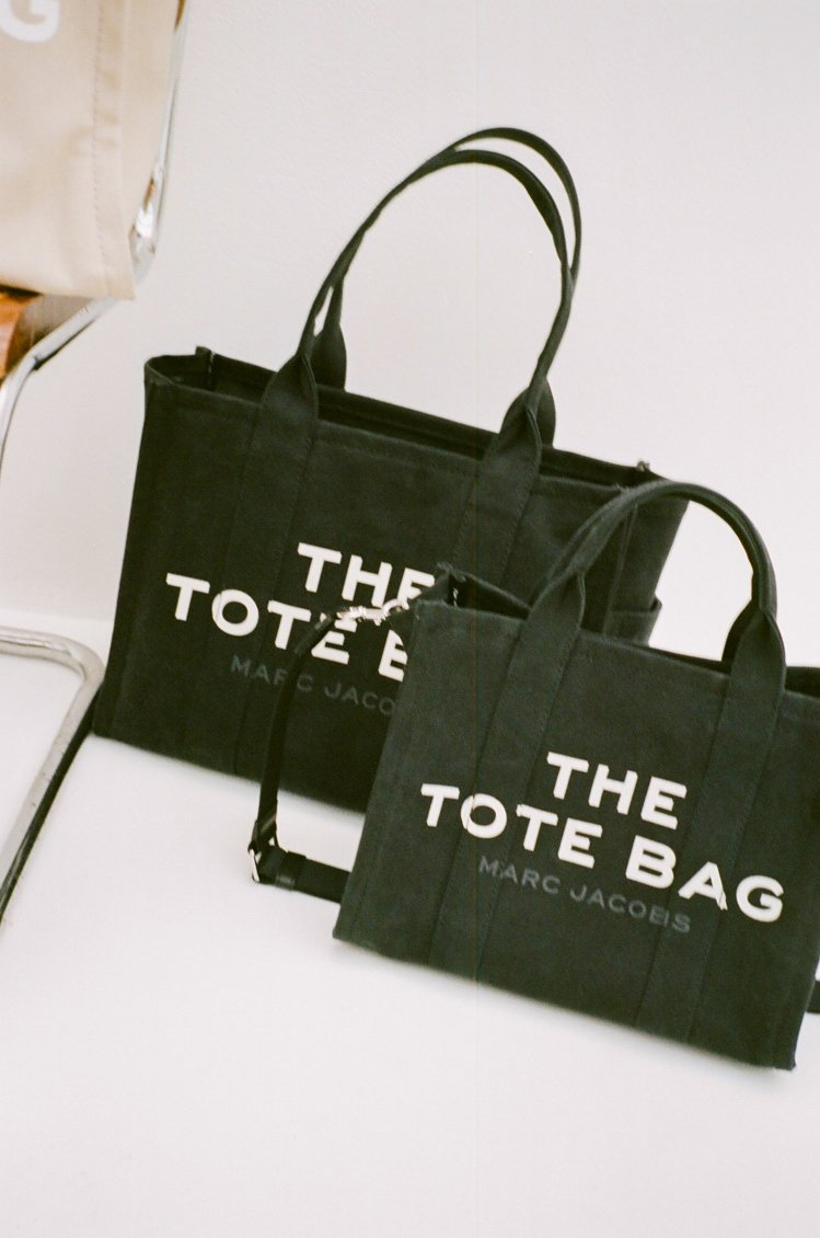 The Marc Jacobs全黑帆布The Tote Bag 9,990元(大...