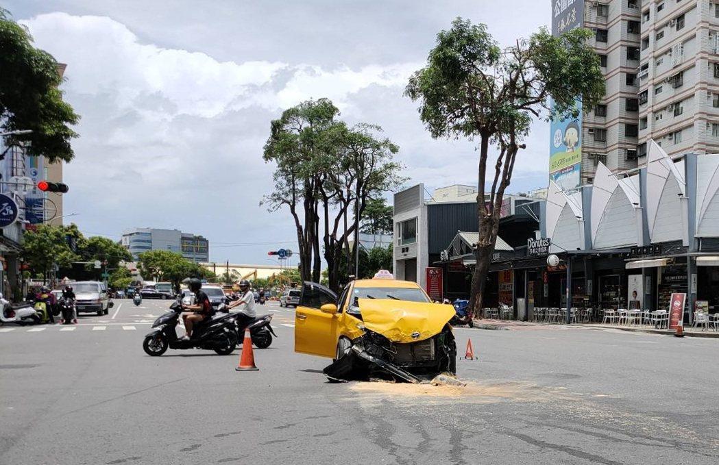 正在楠梓區德賢路等待左轉的計程車,遭白色BMW休旅車撞上,車上3人送醫幸無大礙。...