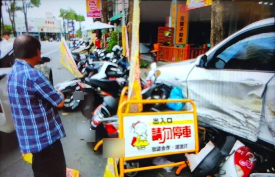 白色BMW休旅車衝撞路邊一整排機車,幸好當時路邊無人。記者林伯驊/翻攝