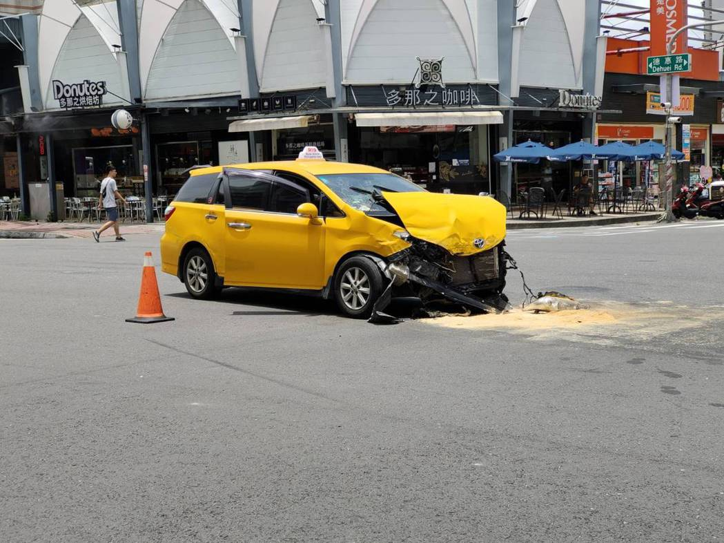白色BMW休旅車涉闖過楠梓區德惠路及德賢路口,擦撞正在等待左轉的計程車。記者林伯...