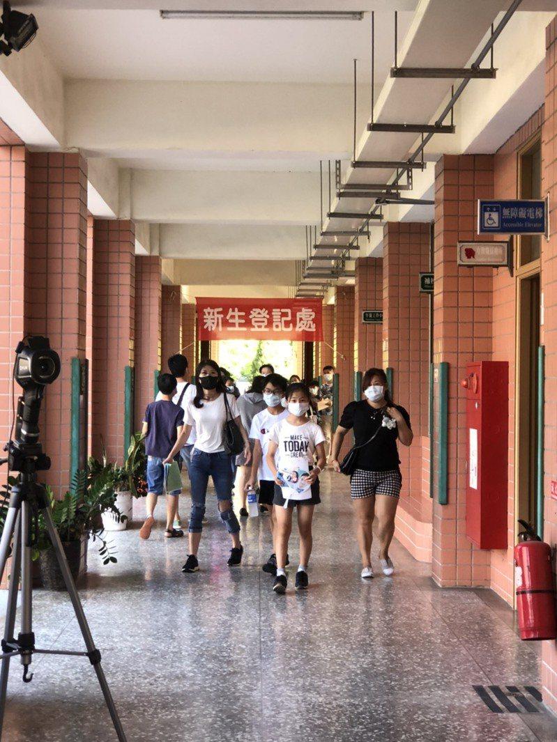 嘉義市民生國中今年超額比例特高,許多家長一早就帶孩子來登記。圖/民生國中提供