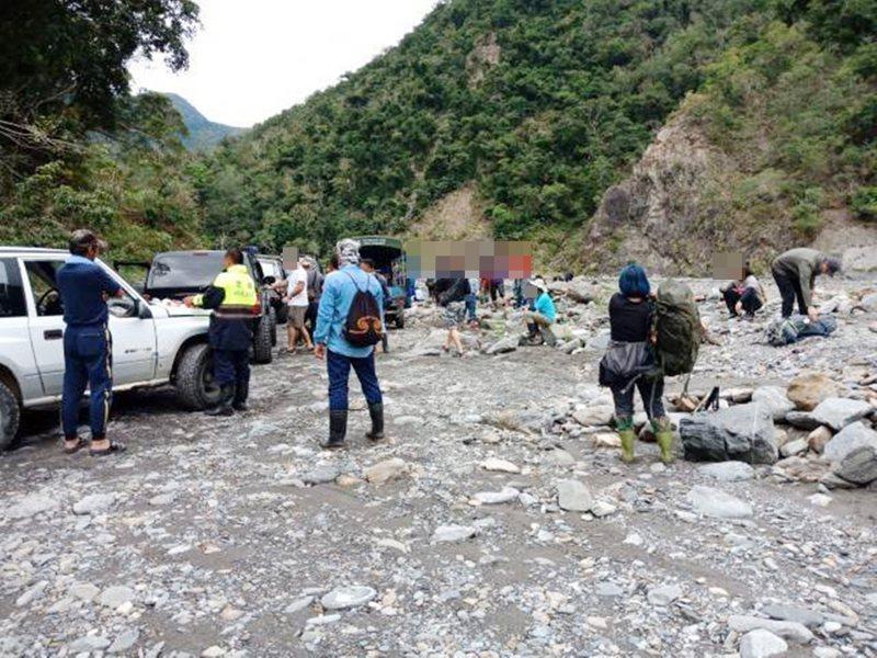 台東林管處會同警方勸離擅入大武山自然保護區的遊客。圖/台東林管處提供